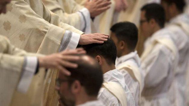 người mẹ can đảm từ chối phá thai, người mẹ từ chối phá thai có hai con làm mục, hai anh em sinh đôi làm linh mục