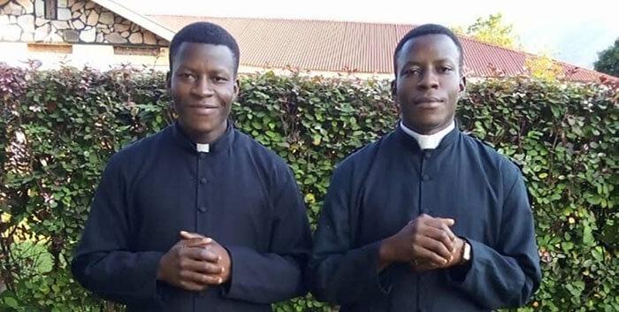 Anh em sinh đôi thụ phong linh mục cùng ngày tại Uganda, Hi Hữu Hai Anh Em Song Sinh Được Thụ Phong Linh Mục Trong Cùng Một Ngày, Nhờ người mẹ can đảm từ chối phá thai, hai con sinh đôi làm linh mục