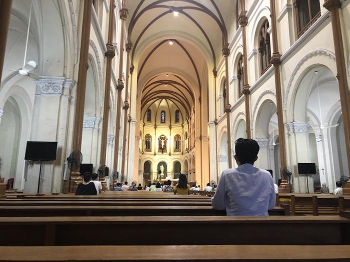chiếc ghế cuối nhà thờ