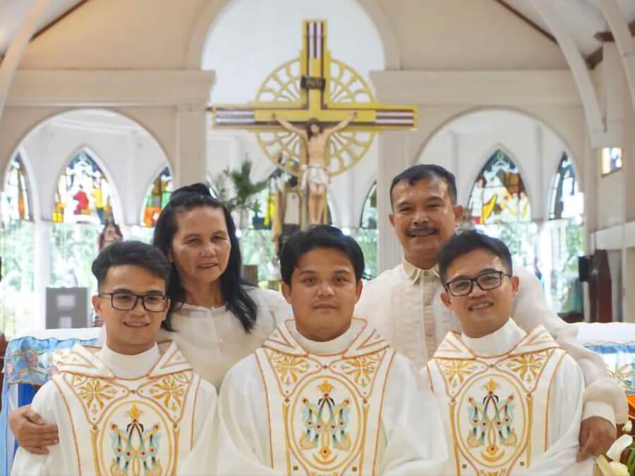 Ba anh em ruột trở thành linh mục trong cùng một ngày
